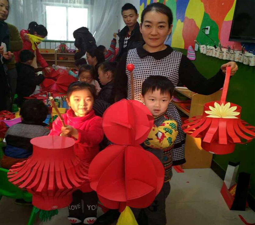 """县实验幼儿园举办了""""变废为宝亲子灯笼制作""""活动,以环保节能迎接春节"""