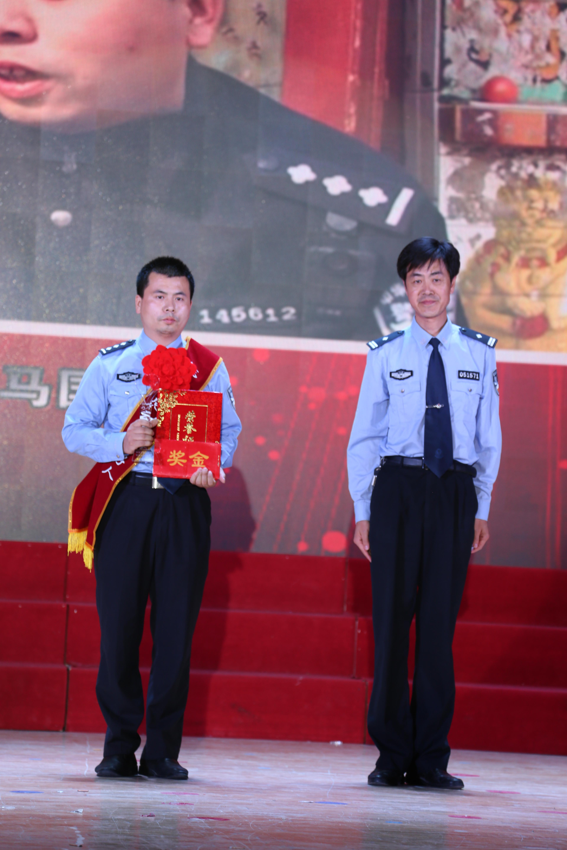 17首届范县好人付冰为见义勇为类好人颁奖并合影留念
