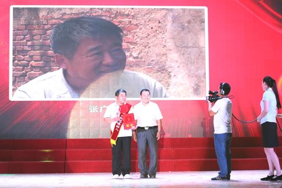 20濮阳市道德模范、首届范县好人朱保存为助人为乐类好人颁奖并合影留念