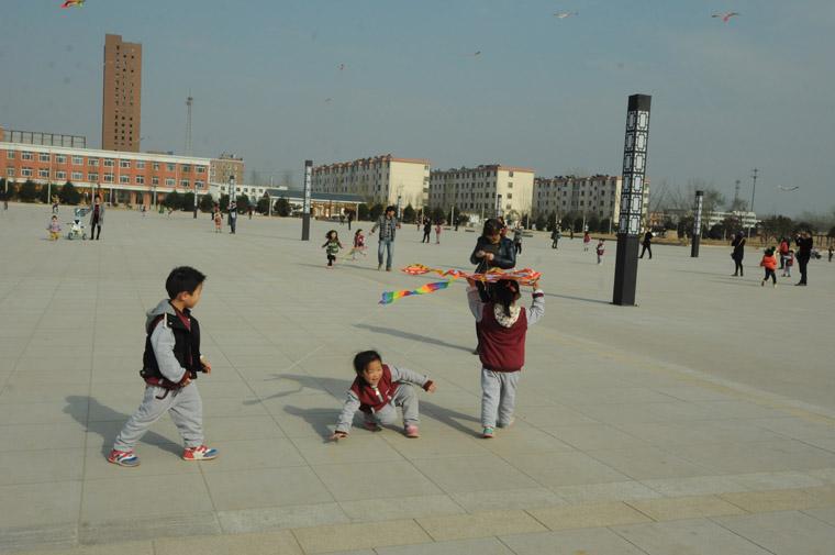 县实验幼儿园举办放风筝比赛亲子活动